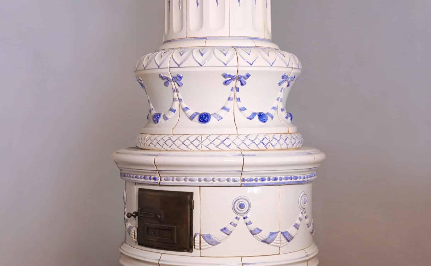 stufa tradizionale in maiolica decorata