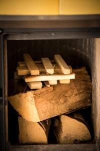Come accendere il fuoco nel caminetto o nella stufa per una combustione pulita